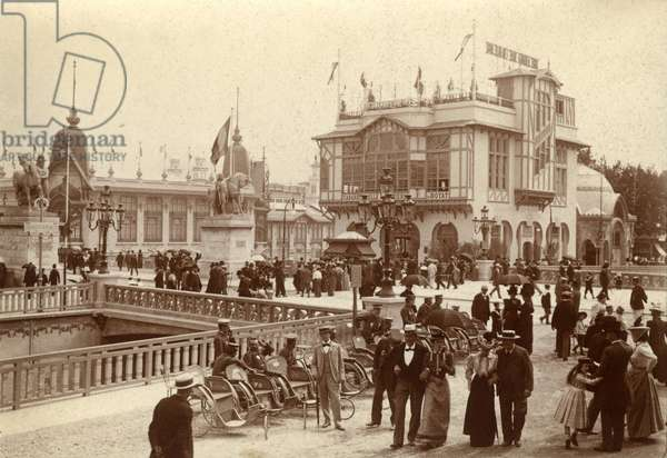 France, Ile-de-France, Paris (75): April 1900, universal exhibition - in the foreground the wheelchairs (450 in total) allowing visitors to explore the exhibition without fatigue (b/w photo)