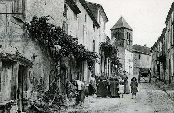 Village scene in Villesiscle (Aude, 11). At the entrance of the village, the iron-smith mechanic repairs agricultural tools. Cliche Michel Jordy, beginning 20th century. Patrice Cartier Collection.