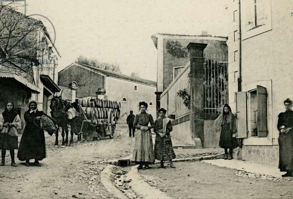 Village scene in Marcorignan (Aude, 11). Living on the street in front of a cart loaded with wine barrels. Cliche Michel Jordy, beginning 20th century. Patrice Cartier Collection.