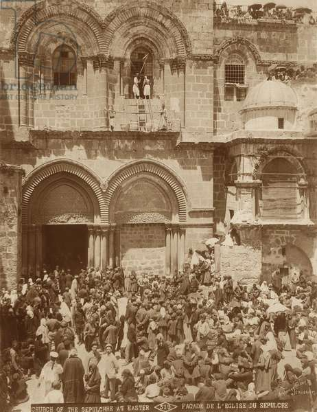 Church of the Holy Sepulchre, Jerusalem, with the courtyard crowded with pilgrims gathered for Easter, 1898-1911 (b/w photo)