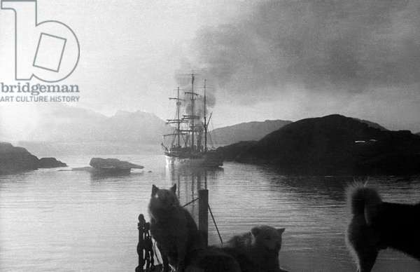 "Sailboat ""Pourquoi pas ?"" moving away after left Paul-Emile Victor in Greenland, Kangerdlugssuatsiak, Autumn, 1936 (b/w photo)"