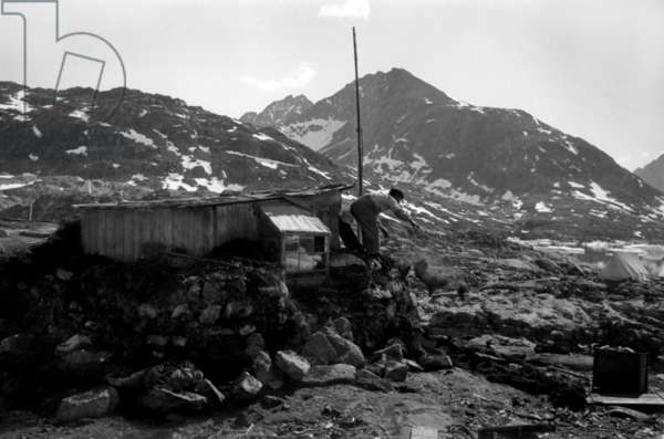 Building of hut of Paul-Emile Victor, during polar expedition in Greenland, Kangerdlugssuatsiak, Autumn, 1936 (b/w photo)