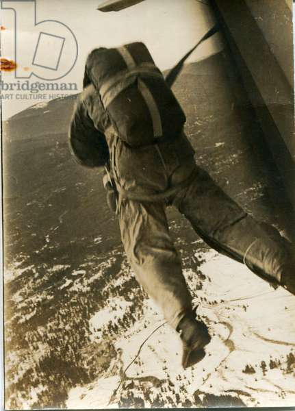 At the Parachute School of the US Forest Service, Paul-Emile Victor undertook a training in parachuting and precision landing, Missoula, Montana, USA, November 1943 (b/w photo)
