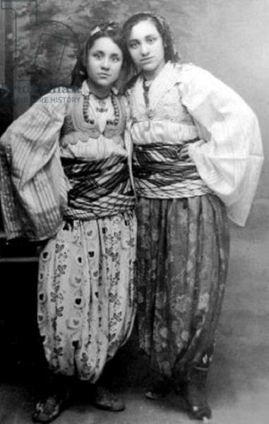 Macedonia / India: Anjeze Gonxhe Bojaxhiu (1910-1997, left), better known as 'Mother Teresa of Calcutta' (Kolkata) as a young girl in Albanian costume, Skopje, 1920s (photo)