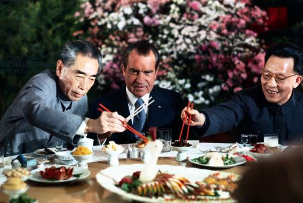 USA / China: US President Richard Nixon eating with Chinese Premier Zhou Enlai (left) and Shanghai Communist Party leader Zhang Chunqiao (right), 27 February 1972