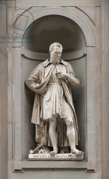 Italy: Michelangelo (1475-1564), Italian sculptor, painter, architect, poet, and engineer of the High Renaissance. 19th century statue outside the Uffizi Gallery, Florence, Italy. Sculpted by Emilio Santarelli