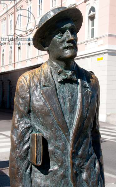 Italy: James Joyce (1882 - 1941), Irish novelist and poet, who lived in Trieste on and off between 1904 and 1920. Statue, Ponte Rosso, via Roma, Trieste