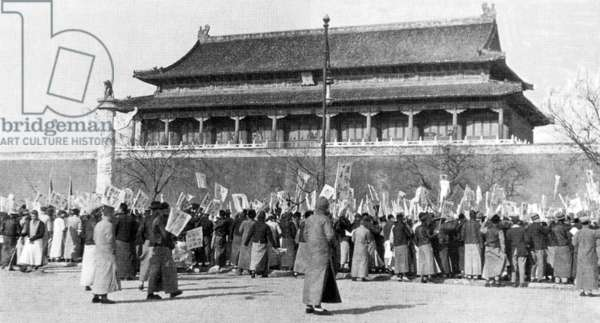 Protesters demonstrating outside the Gate of Heavenly Peace (Tiananmen) in Beijing, China, 4 May 1919 (b/w photo)