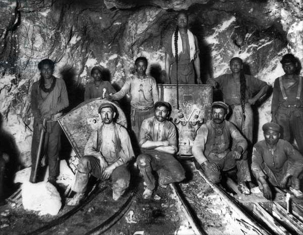 South Africa: White, Chinese and Black workers in a South African gold mine, c. 1900 (photo)
