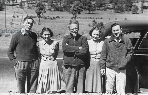 Mexico / Russia: Leon Trotsky, founder and first leader of the Red Army, with friends in Mexico in an autographed photo signed by Leon Trostky: 'To Comrades Bobby and James Boorkett (?) with best wishes Leon Trostky', 1940