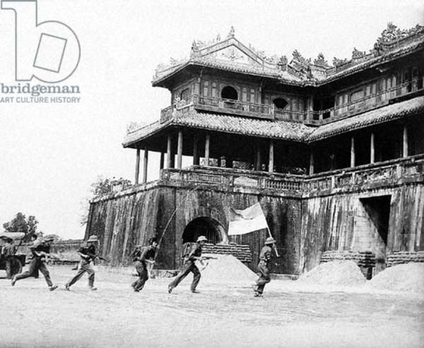 Vietnam: National Liberation Front (NLF,Viet Cong,VC) troops stroming the Hue Citadel, Tet Offensive 1968