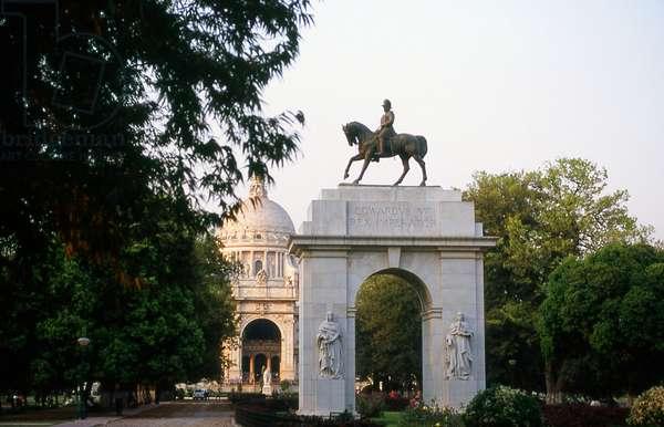 India: King Edward VII (1841 - 1910), Emperor of India, on horseback in front of the Victoria Memorial, Kolkata (Calcutta), West Bengal