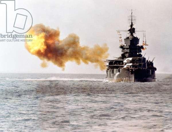 Japan / USA: The USS Idaho, a New Mexico-class battleship, shelling Okinawa on 1 April 1945 (photo)