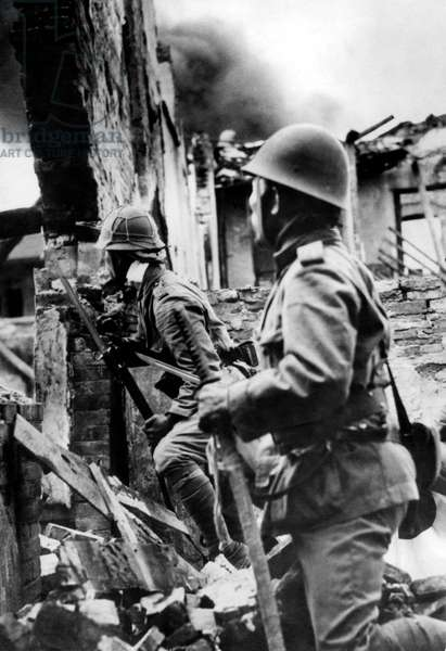China / Japan: Japanese marines shelter behind a destroyed house during the Battle of Shanghai, November 1937 (photo)