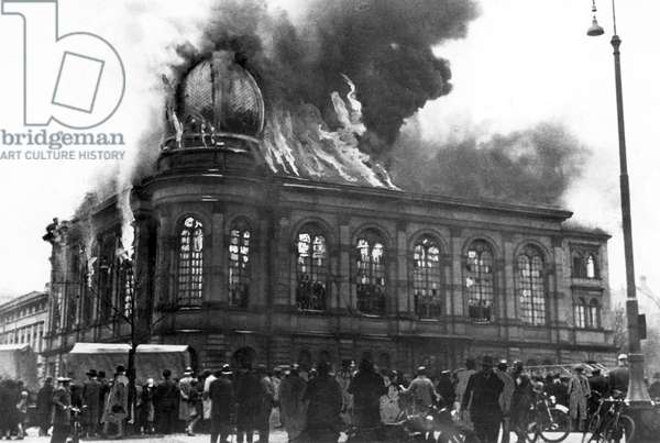 Germany: The Boerneplatz synagogue in flames during Kristallnacht or the 'Night of Broken Glass', Frankfurt, November 10, 1938 (b/w photo)