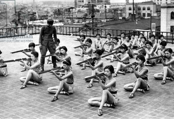 Japan: Japanese women rehearse a patriotic dance on a rooftop in Osaka during the Second Sino-Japanese War, July 1938 (photo)