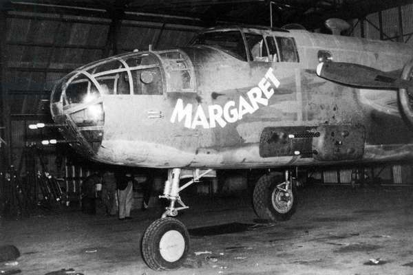 USA / Australia: B-25 medium bomber gunship 'Margaret' of the 90th Squadron, 3rd Bomb Group in a hangar at Garbutt airfield, Queensland, c. 1942
