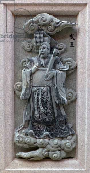 China: Carving of King Wu-Wuwang (King Wu of Zhou), depicting his role in the 16th Century Ming Dynasty novel <i>Fengshen Yanyi</i> ('Investiture of the Gods'). From Ping Sien Si Temple, Pasir Panjang Laut