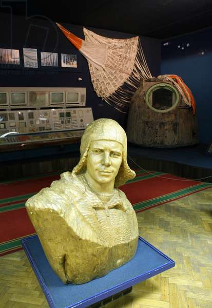 Stars: bust of Yuri Gagarin - Yuri Gagarin head statue in star city museum - Bust of Yuri Gagarin (1934 - 1968), the first man to travel in space (April 12, 1961). In the background, the descent capsule Soyuz 4 (1969). Star Cite, Russia. 08/2008 Head statue of Yuri Gagarin (1934 - 1968), the first man in space (on April 12, 1961). Background is the Soyuz 4 descent module (1969). Star city, Russia. 08/2008