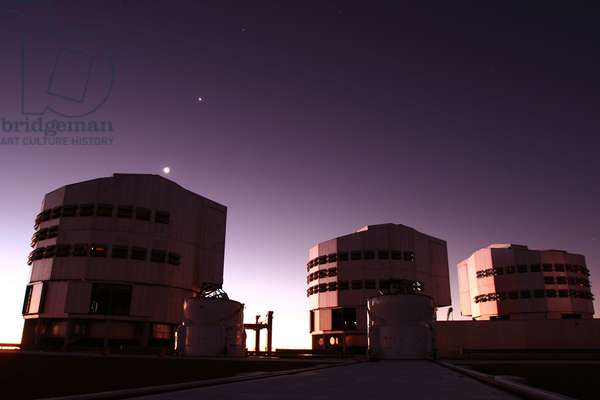 Paranal observatory at dusk. Conjunction Moon Venus - The Paranal Observatory at dusk. Conjunction Moon Venus 17 - 06 - 200