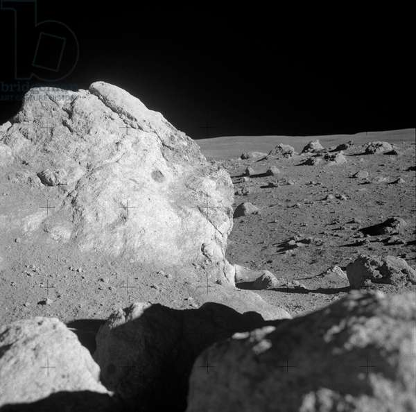 Surface de la Lune - Apollo 14 - Lunar surface - Apollo 14 - Gros plan sur un grand rocher a la surface de la Lune, mission Apollo 14, fevrier 1971. A close - up view of a large boulder in a field of boulders near the rim of Cone Crater, which was photographed by the Apollo 14 moon - explorers during the mission's second extravehicular activity (EVA). Astronauts Alan B. Shepard Jr., commander, and Edgar D. Mitchell, lunar module pilot, descended in the Apollo 14 Lunar Module (LM) to explore the lunar surface while astronaut Stuart A. Roosa, command module pilot, remained with the Command and Service Modules (CSM) in lunar orbit. 6 Feb. 1971