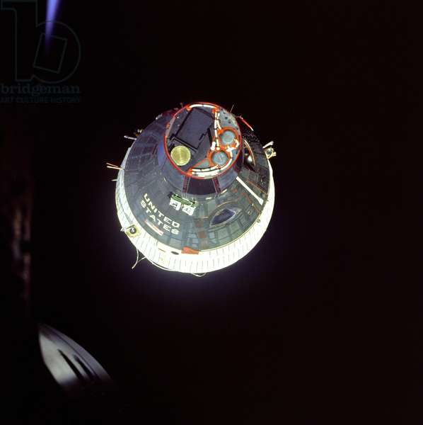 Gemini 6: Gemini 7 vu de Gemini 6 - Gemini 7 seen from Gemini 6 during rendezvous - 15 December 1965 View of the Gemini 7 from Gemini 6 during rendezvous. Dec 15 1965