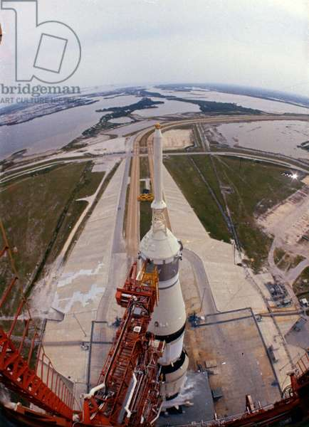 Apollo 13: Saturn V rocket on his shooting pad - Apollo 13: Saturn V viewed from tower - Fusee Saturn V/Apollo 13 on his shooting pad