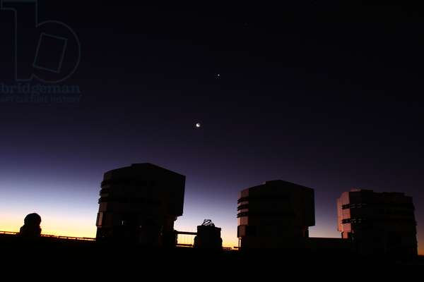 Paranal observatory at dusk. Conjunction Lune Venus, June 17, 2007. - Paranal observatory at dusk. Conjunction Moon Venus, June 17, 2007