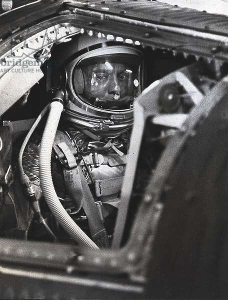 Mercury - Redstone - 3: A.Shepard attend le depart - Alan Shepard awaits liftoff in the spacecraft for a 15 - minute suborbital flight. May 05 1961