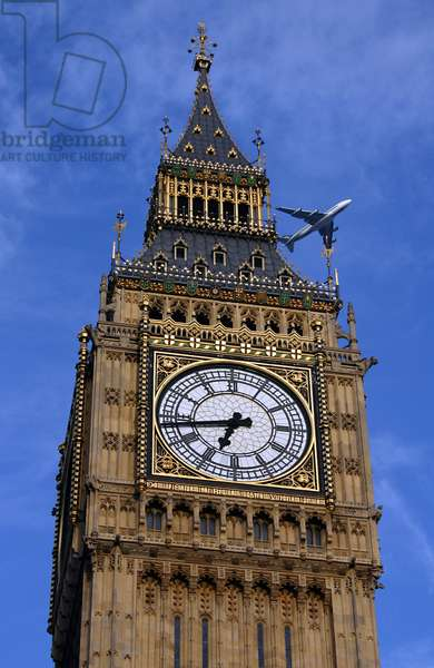 Londres: Big Ben et avion - London: Big Ben and airplane - Un avion de ligne passe au - dessus de la tour de l'horloge du palais de Westminster, a Londres. A plane is flying above the clock tower of the palace of Westminster in London