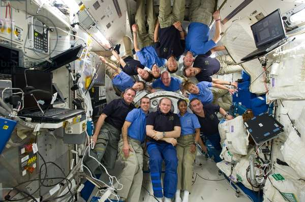 Astronautes dans la station spatiale internationale - Astronauts in ISS - Les astronautes de la mission STS - 131 (en maillots bleu clair) et de l'expedition 23 posent pour une photo de groupe dans le module Kibo de la station spatiale internationale (ISS). Les astronautes de la mission STS - 131 sont Alan Poindexter, James P. Dutton Jr., Clayton Anderson, Rick Mastracchio, Dorothy Metcalf - Lindenburger, Stephanie Wilson et Naoko Yamazaki. Les membres de l'Expedition 23 sont Oleg Kotov, Mikhail Kornienko, Alexander Skvortsov, Soichi Noguchi, T.J. Creamer et Tracy Caldwell Dyson. 14 avril 2010. STS - 131 and Expedition 23 crew members gather for a group portrait in the Kibo laboratory of the International Space Station while space shuttle Discovery remains docked with the station. STS - 131 crew members pictured (light blue shirts) are NASA astronauts Alan Poindexter, commander; James P. Dutton Jr., pilot; Clayton Anderson, Rick Mastracchio, Dorothy Metcalf - Lindenburger, Stephanie Wilson and Japan Aerospace Exploration Agency astronaut Naoko Yamazaki, all mission specialists. Expedition 23 crew members pictured are Russian cosmonauts Oleg Kotov, commander; Mikhail Kornienko and Alexander Skvortsov; Japan Aerospace Exploration Agency astronaut Soichi Noguchi, and NASA astronauts T.J. Creamer and Tracy Caldwell Dyson, all flight engineers. 14 April 2010