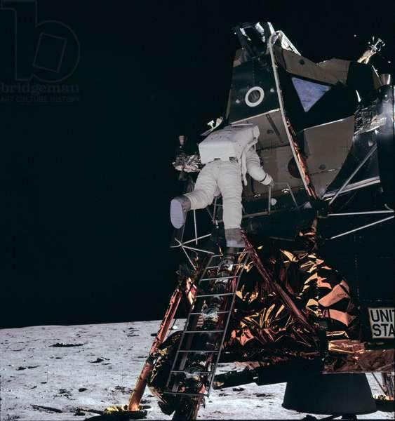 Apollo 11: Aldrin descent on the Moon - Apollo 11: Edwin Aldrin descending ladder - Apollo 11: Edwin Aldrin descending ladde