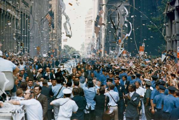 Apollo 11: parade of astronauts 08/1969 - Apollo 11: astronauts parade - Parade of the crew of Apollo 11 in New York, from g. to d.: Edwin Aldrin, Michael Collins and Neil Armstrong. 13/08/1969. New York City welcomes Apollo 11 crew men in a showering of ticker tape down Broadway and Park Avenue in a parade termed as the largest in the city's history. Pictured in the lead car, from the right, are astronauts Neil A. Armstrong, commander; Michael Collins, command module pilot; and Edwin E. Aldrin Jr., lunar module pilot. The three astronauts teamed for the first manned lunar landing, on July 20, 1969. 13 August 1969