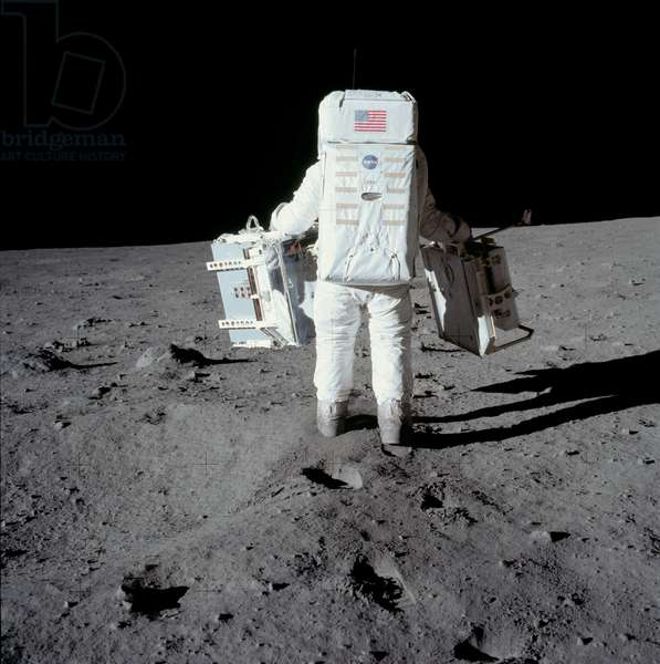 Apollo 11: E. Aldrin on the Moon 07/1969 - Apollo 11: Edwin Aldrin carrying experiment packages - E. Aldrin on the Moon 07/69 - Edwin Aldrin carries scientific material. 20/07/1969. Edwin Aldrin carrying experiment packages. Jul 20 1969