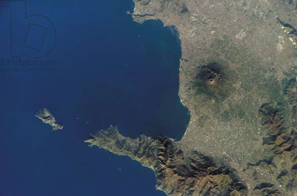 The Vesuve seen from space - Mt. Vesuvius, Italy - Mount Vesuve and the city of Naples, southern Italy, observed from the International Space Station (ISS) on March 15, 2002. Mt. Vesuvius and the city of Naples seen from the International space station (ISS) on March 15, 2002