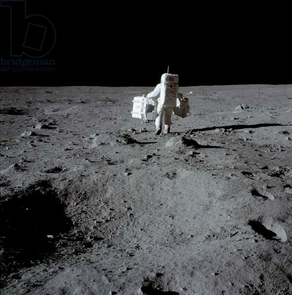 Apollo 11: E. Aldrin on the Moon 07/1969 - Apollo 11: Edwin Aldrin carrying experiment packages - Edwin Aldrin carries scientific material. 20/07/1969. Edwin Aldrin carrying experiment packages. Jul 20 1969