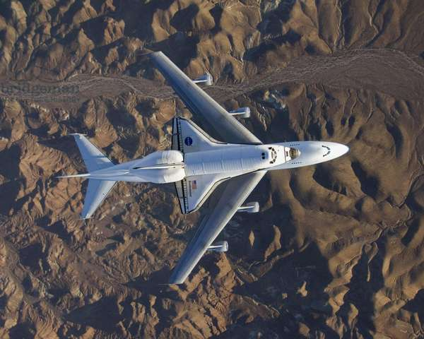 La navette spatiale Endeavour en transfert - The space shuttle Endeavour - La navette spatiale Endeavour installee sur un Boeing 747 (Shuttle Carrier Aircraft) au - dessus du desert de Mojave en Californie. Au terme de la mission STS - 126, la navette spatiale a atterri en Californie le 30 novembre 2008 et est ramenee au centre spatial Kennedy en Floride. 10 decembre 2008. The Space Shuttle Endeavour flies over Mojave Desert in California mounted on a modified Boeing 747 shuttle carrier aircraft. Endeavour landed in California on Nov. 30 (STS - 126) and was en route back to Florida. December 10 2008
