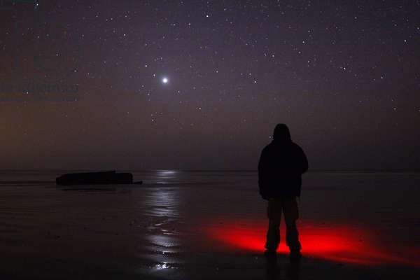 Venus in a starry sky - Venus in a starry sky - An observer faces Venus whose glare is reflected in the wet sand of a low maree beach. An observer standing on a beach is watching the bright planet Venus