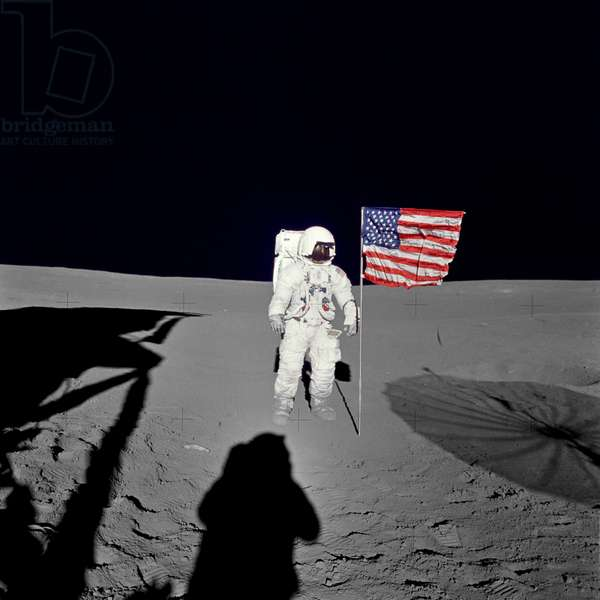 Apollo 14: E. Mitchell sur la Lune - Apollo 14: Edgar Mitchell beside the US flag - L'astronaute Edgar Mitchell pres du drapeau americain. 05/02/1971. Astronaut Edgar D. Mitchell, lunar module pilot for the Apollo 14 lunar landing mission, stands by the deployed U.S. flag on the lunar surface during the early moments of the first extravehicular activity (EVA) of the mission. He was photographed by astronaut Alan B. Shepard Jr., mission commander, using a 70mm modified lunar surface Hasselblad camera. While astronauts Shepard and Mitchell descended in the Lunar Module (LM)
