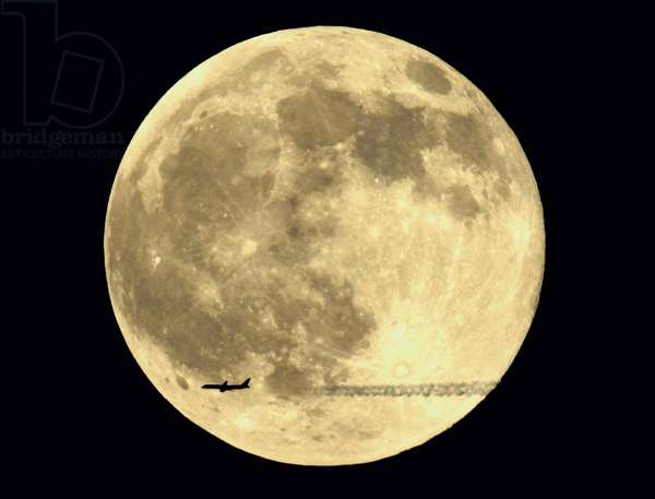 Moon and plane - Moon with a plan