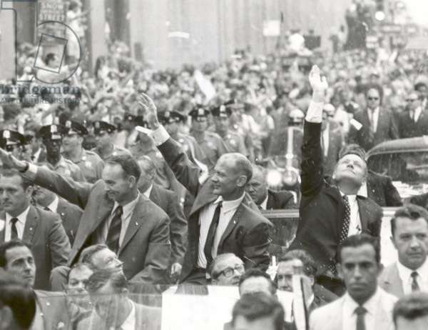Apollo 11: parade of astronauts 08/1969 - Apollo 11: astronauts parade - Parade of the crew of Apollo 11 in New York, from g. to d.: Michael Collins, Edwin Aldrin and Neil Armstrong. 13/08/1969. New York City welcomes Apollo 11 crew men in a showering of ticker tape down Broadway and Park Avenue in a parade termed as the largest in the city's history. Pictured in the lead car, from the right, are astronauts Neil A. Armstrong, commander; Michael Collins, command module pilot; and Edwin E. Aldrin Jr., lunar module pilot. 13 August 1969