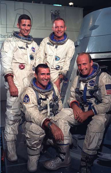 Gemini 11: main crew and lining - Gemini 11 prime and backup crews - Main crew, sitting from left to right: Richard Gordon and Charles Conrad; behind, reserve crew: William Anders, and Neil Armstrong. 29 August 1966. Gemini 11 prime crew (seated from left to right): Richard Gordon, pilot and Charles Conrad, command pilot. backup crews (standing from left to right): William Anders, pilot and Neil Armstrong, command pilot. Aug 29 1966