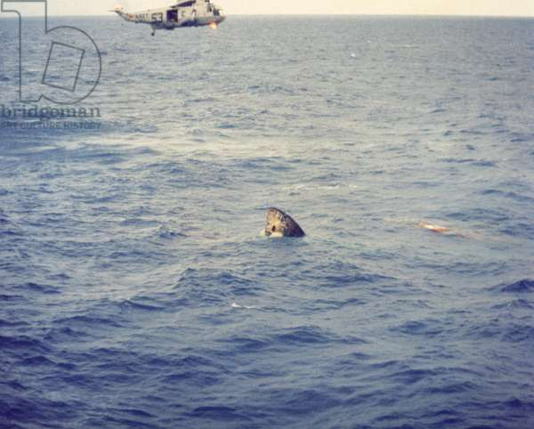 Apollo 11: recuperation of the capsule - Apollo 11 Command Module during recovery operations - Recoveration of the Apollo 11 capsule off Hawaii. 24/07/1969. Apollo 11 Command Module during recovery operations