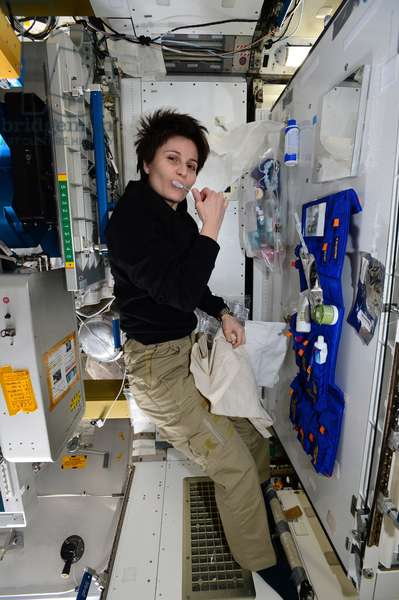 Samantha Cristoforetti in weightlessness - Samantha Cristoforetti in ISS: Italian astronaut Samantha Cristoforetti brushes his teeth in the International Space Station (ISS). 5/12/2014