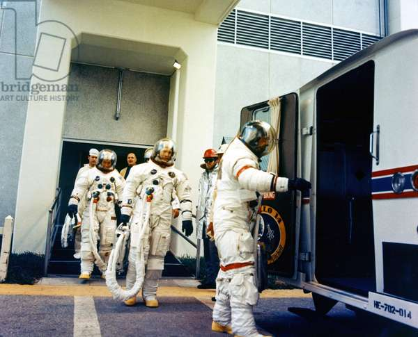 Departure crew Apollo 14 - Apollo 14 crew departure - The crew of Apollo 14 en route to the shooting pad. 19/01/1971. The prime crew leads into the transfer van. 19/01/1971