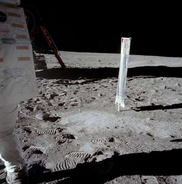 Apollo 11: N. Armstrong on the Moon - Apollo 11: Neil Armstrong at the LM - Seen from the Solar Wind Experiment, Neil Armstrong is partially visible on the left of the picture. 20/07/1969