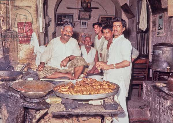 Food stall, Lahore, Pakistan (curried vegetables fried in batter), 1969 (photo)
