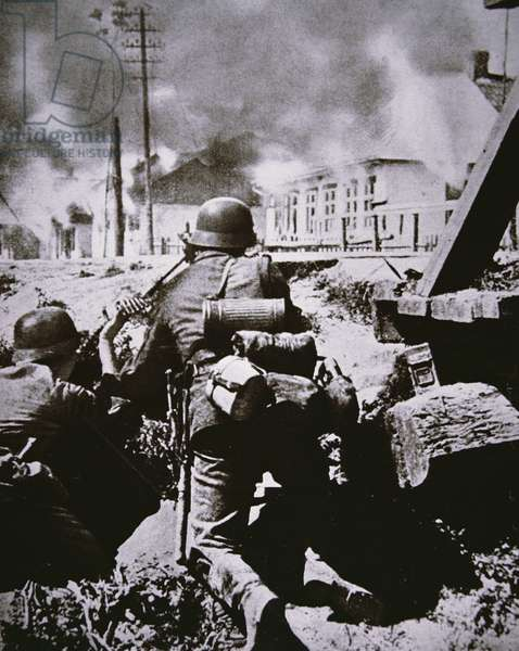 German 10th Army machine-gun crew on the outskirts of Warsaw during the invasion of Poland, 15th September 1939 (b/w photo)