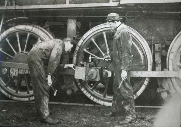 Maintenance work on a 4-6-0 locomotive of the Southern Pacific line, mid-1920s (b/w photo)