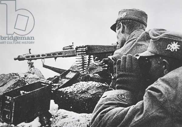 WW2 German mountain troops wearing caps with Edelweiss badge manning an MG42 machine gun, 1939-45 (b/w photo)